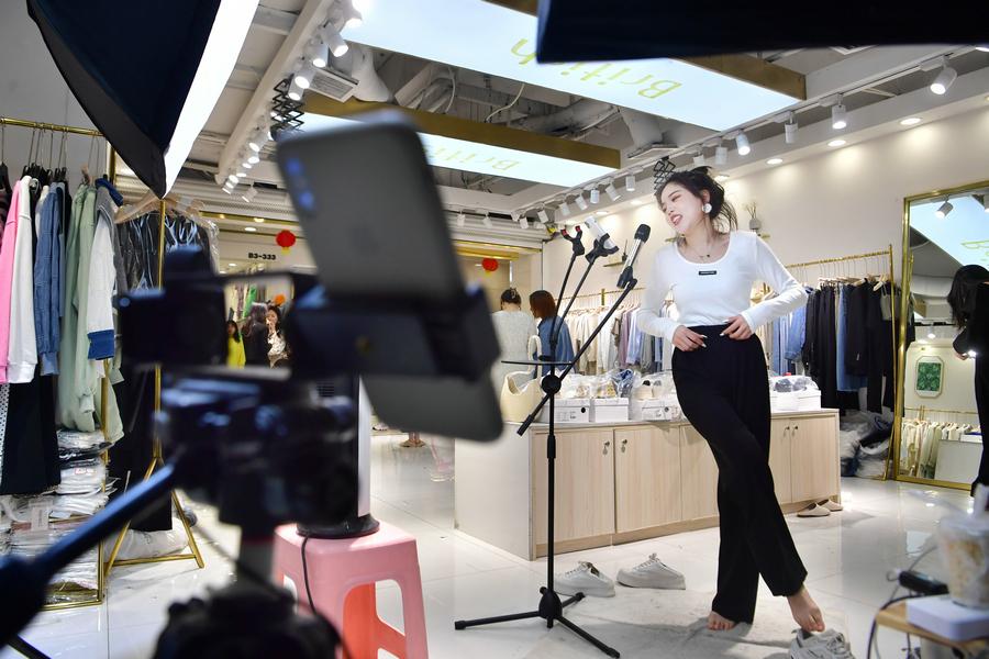 Nghề người mẫu thay đồ giữa chợ, thu nhập hơn 35 triệu đồng/tháng