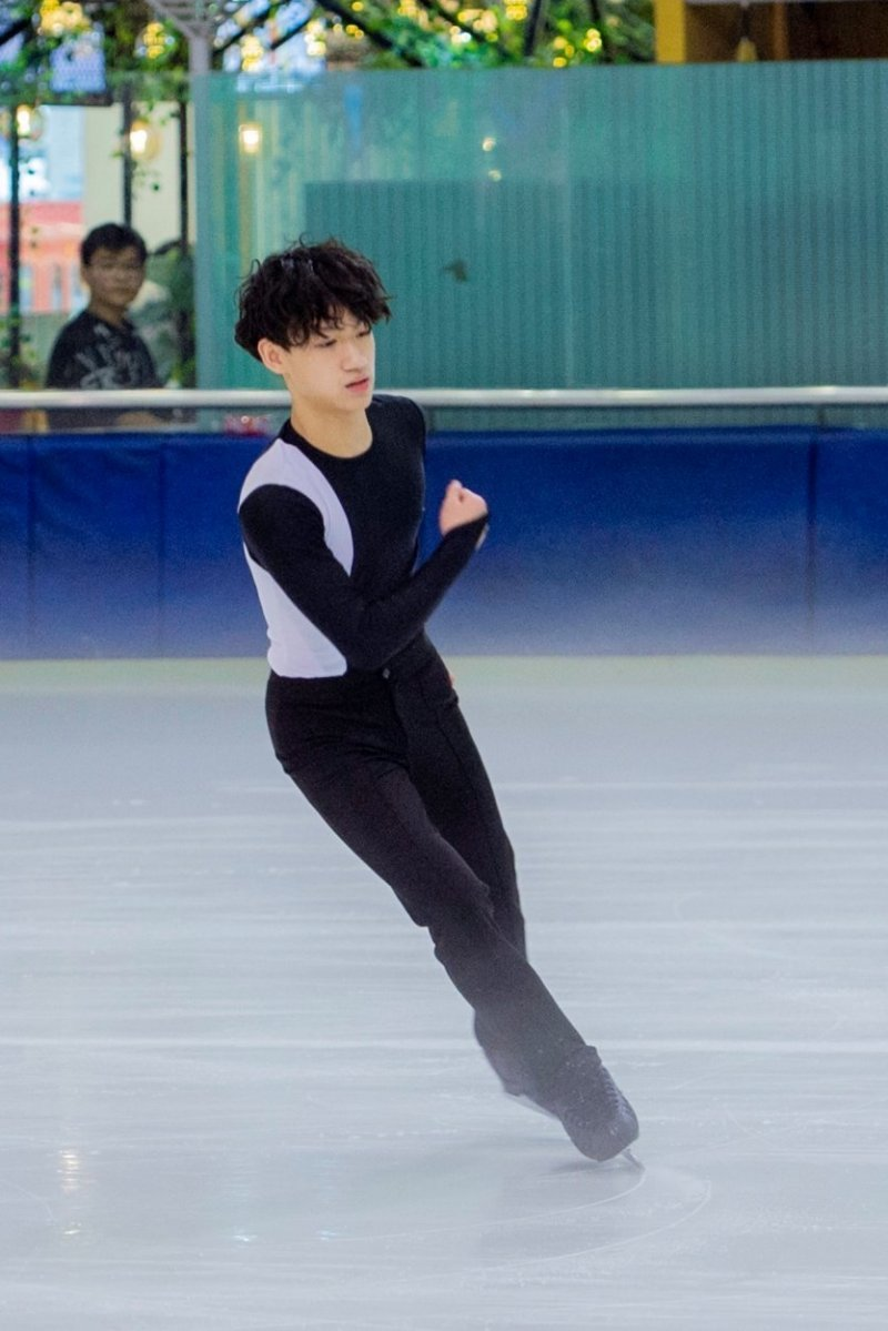 Cặp anh em vô địch giải trượt băng châu Á, nói tiếng Anh 'cực siêu'