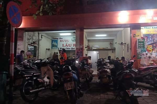 Khách vô tư ngồi nhậu mặc lệnh giãn cách xã hội ở Thái Bình