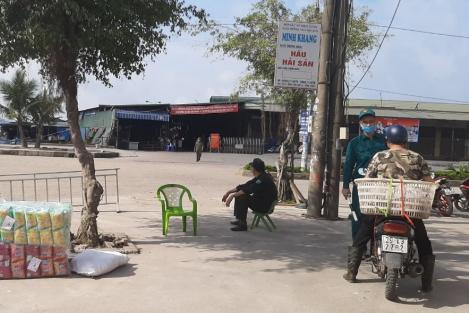 Một chủ hàng thăm người ốm ở BV Bệnh nhiệt đới, Quảng Ninh đóng cửa chợ cá