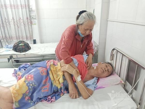 Đôi vợ chồng già cùng đường xin giúp tiền đóng viện phí