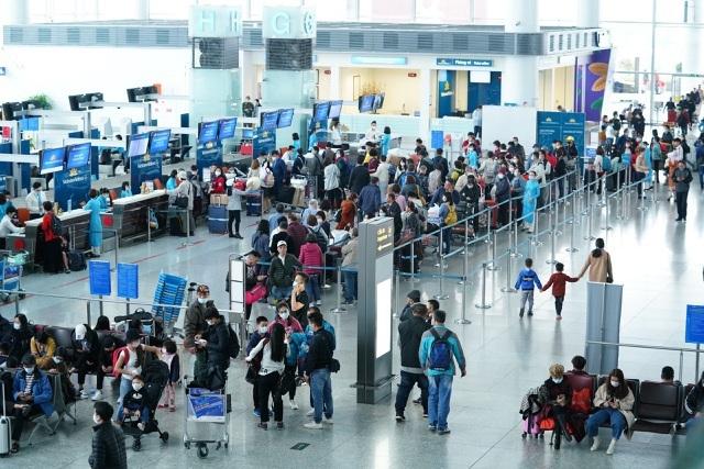 Các hãng hàng không đồng loạt tăng phí với khách đi máy bay