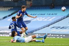 Thua ngược Chelsea, Man City lỡ cơ hội đăng quang