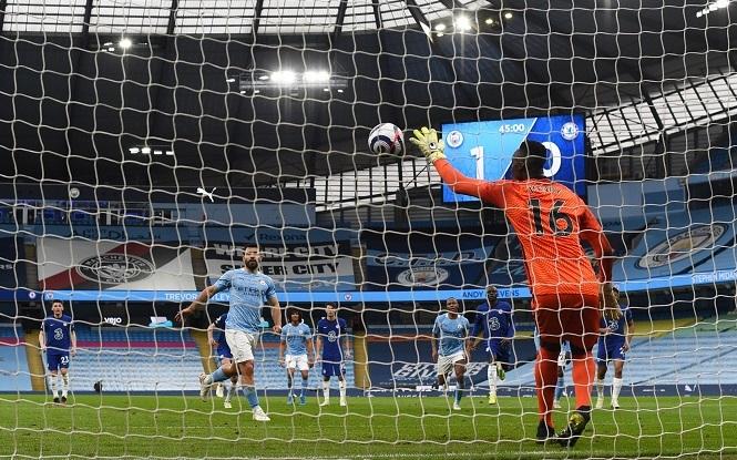 Aguero xin lỗi đá phạt đền tệ hại, Man City thua ngược Chelsea