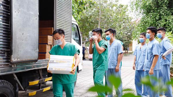 Trao tặng hàng vạn ly sữa tươi và nước trái cây TH tiếp sức chống dịch