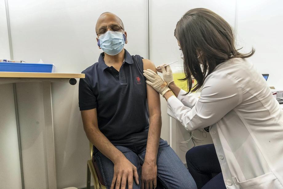 Bên trong khu tiêm vắc xin cho 4.000 người một ngày