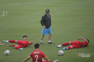 VN football players practice at noon to get used to harsh weather in the UAE