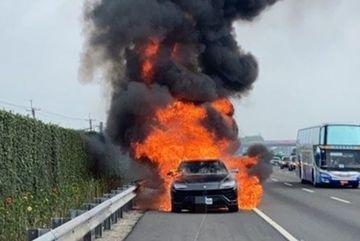 Siêu SUV Lamborghini Urus bỗng nhiên cháy rụi trên cao tốc
