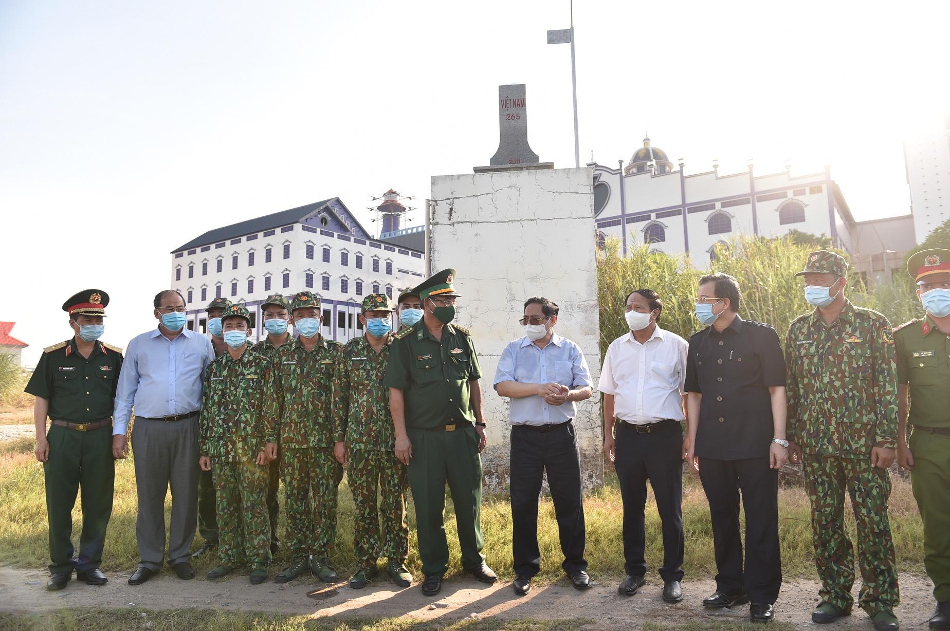 Thủ tướng thị sát biên giới Tây Nam, động viên lực lượng tuyến đầu