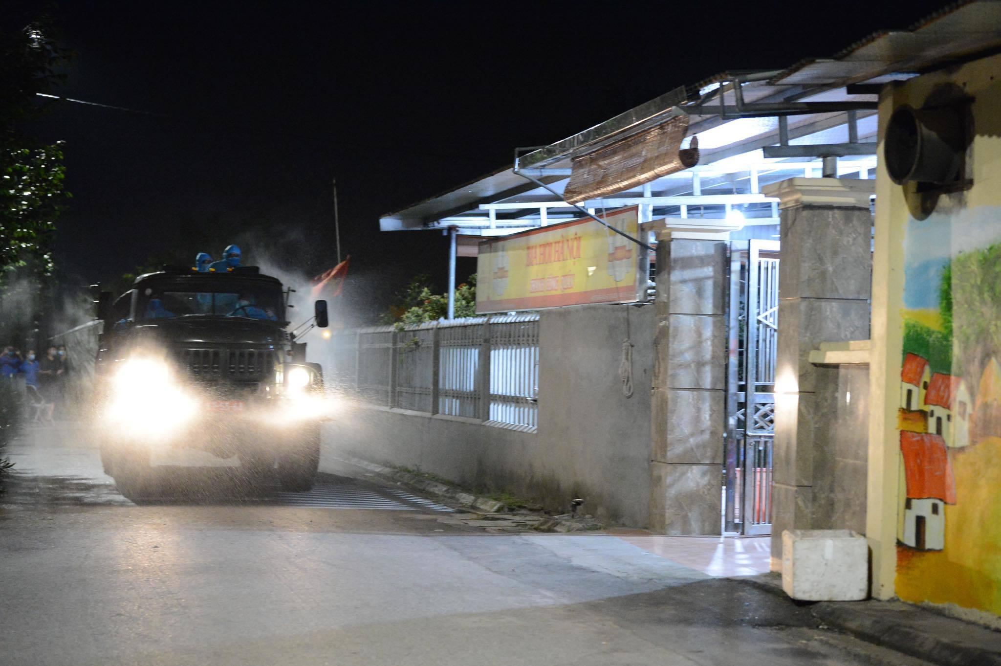 Khử khuẩn đường làng, ngõ xóm xuyên đêm khi 4 học sinh mắc Covid-19