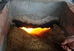 Kỳ lạ nghề hòa muối thành nước rồi mang nấu trên chảo khổng lồ