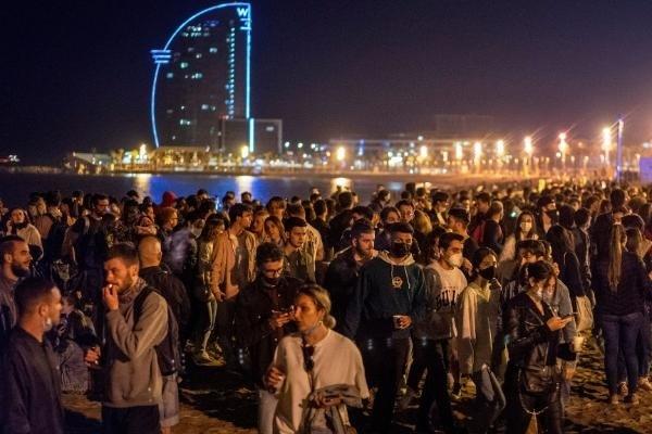 Vừa dỡ giới nghiêm Covid-19, Tây Ban Nha tổ chức hàng trăm bữa tiệc