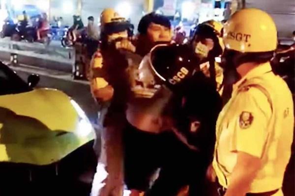 Ba người vụ lái siêu xe Ferrari lăng mạ CSGT trên phố Sài Gòn bị khởi tố