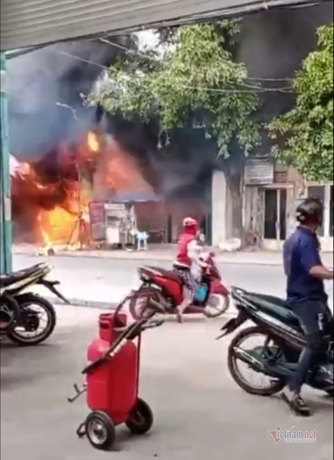 Cháy dữ dội kèm nổ lớn ở cửa hàng bán sơn, thiêu rụi nhiều tài sản
