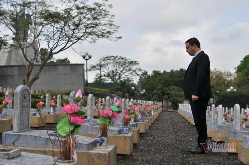Israeli Ambassador's emotional visit at Road 9 Martyr Cemetery