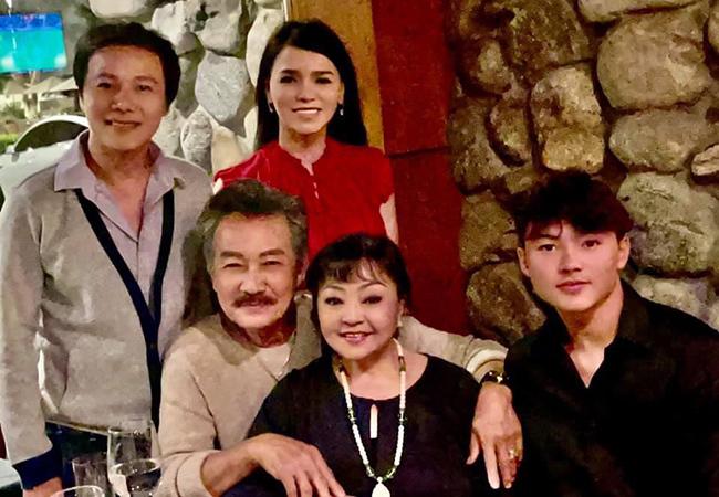 Danh ca Hương Lan đón tuổi 65 bên gia đình tại Mỹ