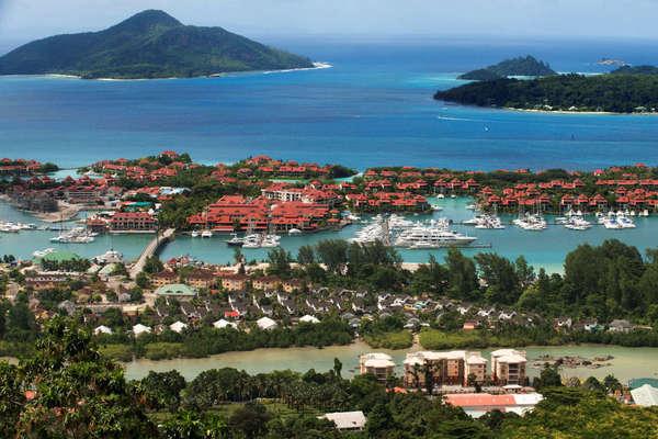 Covid-19 hoành hành ở đảo quốc có tỷ lệ tiêm chủng cao nhất thế giới