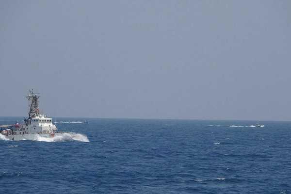Bị loạt xuồng Iran áp sát, tàu Mỹ nổ hàng chục phát súng cảnh báo