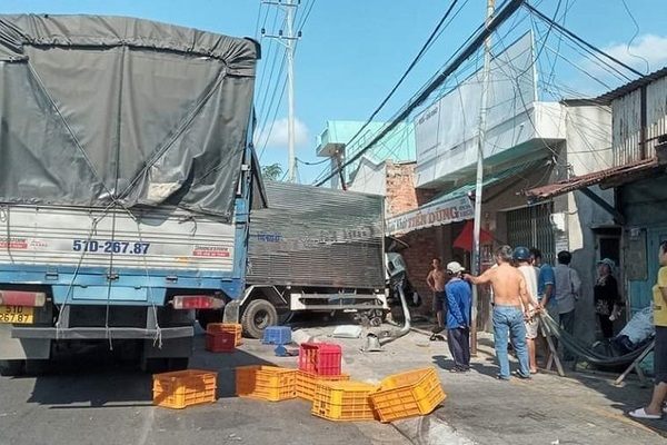 Bị đâm trực diện phía sau, xe tải húc gãy trụ điện rồi lao vào nhà dân