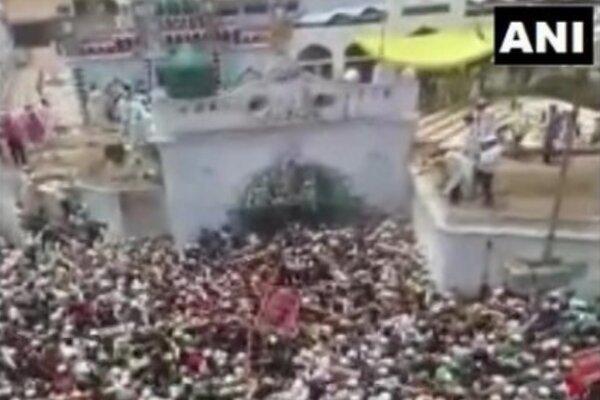 Bất chấp Covid-19, hàng vạn người Ấn Độ dự đám tang giáo sĩ