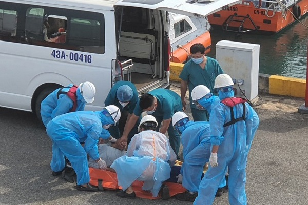 Vượt sóng cứu thuyền trưởng gặp nạn ở quần đảo Hoàng Sa