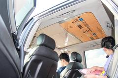 Dùng bìa cứng, xốp dày che chắn cửa sổ trời trên ôtô