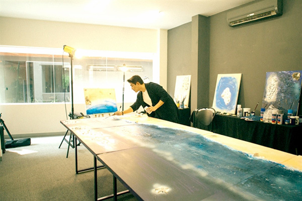 Actor auctions painting for An Giangborder guards