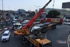 Lật xe container giữa vòng xoay, cửa ngõ Sài Gòn ùn tắc kéo dài