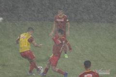 Tuyển Việt Nam 'luyện công' giữa trời mưa như trút