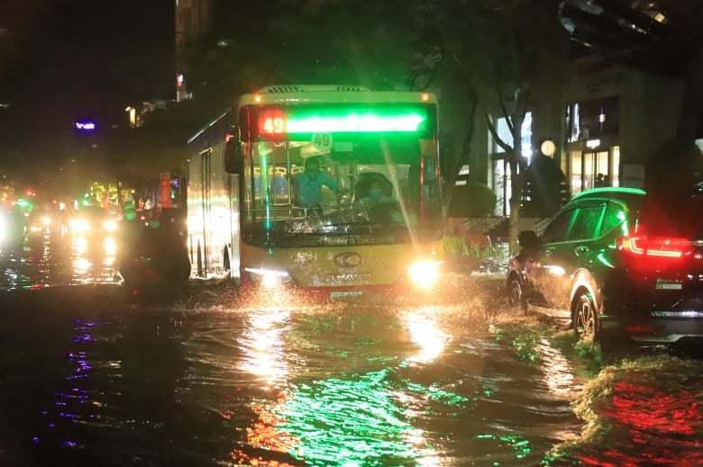 Mưa lớn, nhiều tuyến phố ở Hà Nội biến thành sông