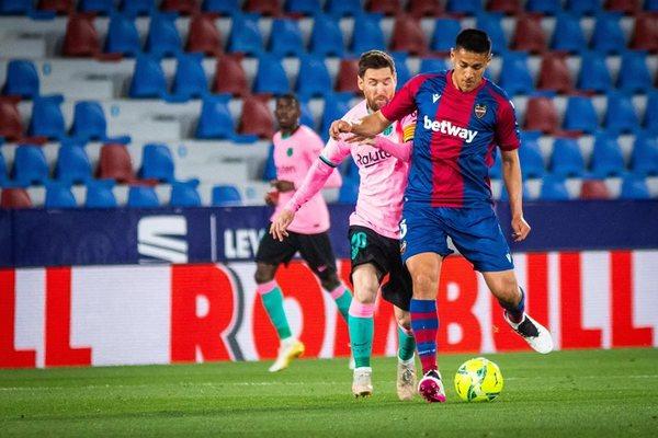 Hòa 'điên rồ' với Levante, Barcelona xa dần ngôi vương