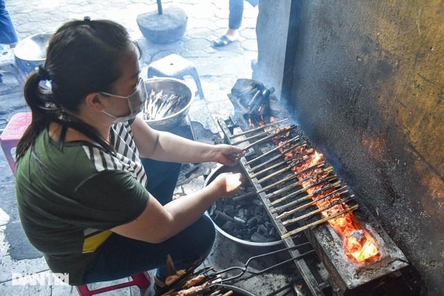 Hiếm có ở Hà Nội: Bún chả kẹp que tre nướng, ngày bán hàng trăm suất
