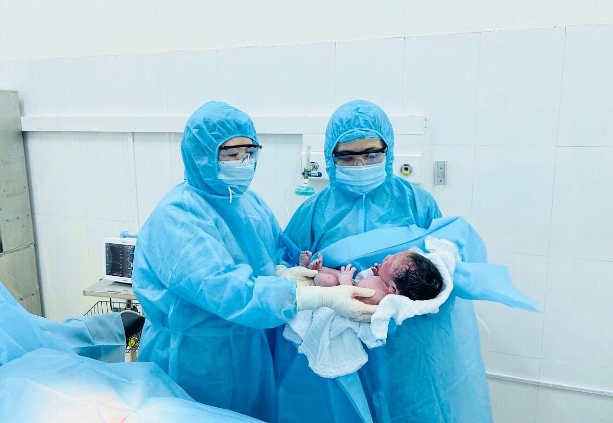Bé trai chào đời trong khu cách ly