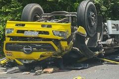 Xe tải mất lái lao vào vách núi ở đèo Cù Mông, 2 người tử vong