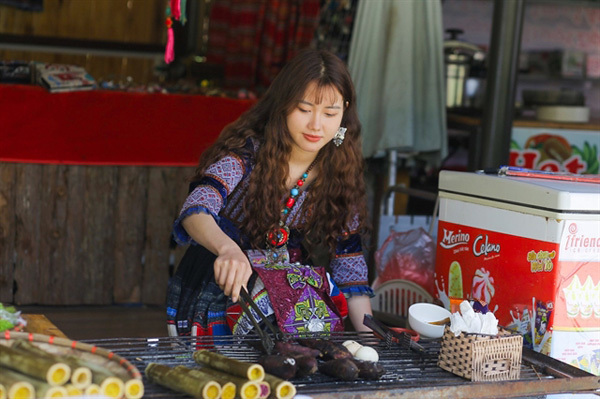 Mong woman catches attention withphoto in traditional clothes