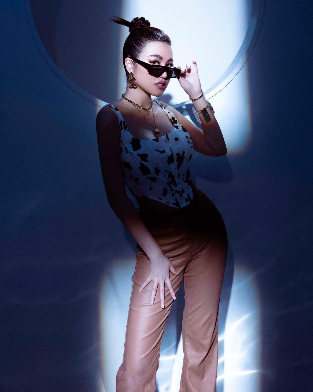 Người đẹp Emily Hồng Nhung sang trọng với hàng hiệu đắt đỏ