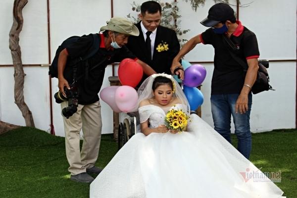 Nhiếp ảnh gia phải bế, cõng cô dâu chú rể, mệt rã rời vẫn hạnh phúc