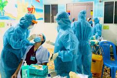 Các bệnh viện TP.HCM lấy mẫu xét nghiệm SARS-CoV-2 trong đêm