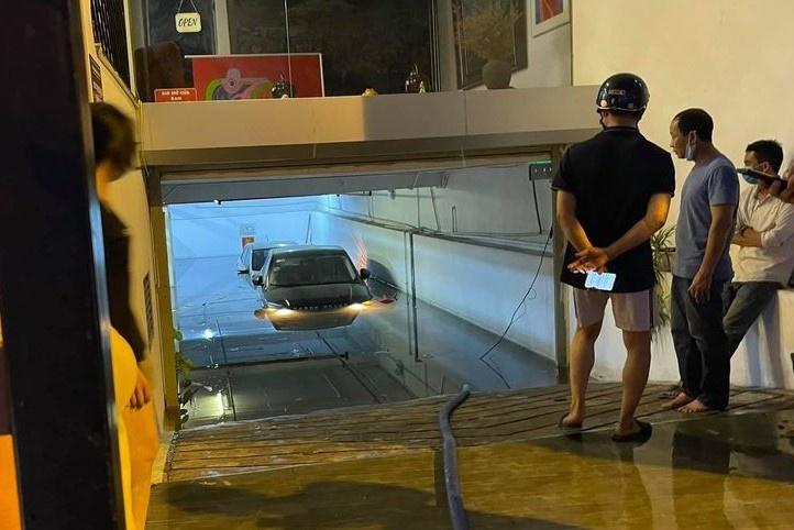 Xe 'bơi' trong hầm chung cư, bên nào đền bù?