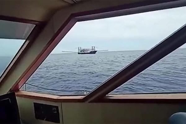 Video tuần duyên Philippines chạm trán tàu Trung Quốc ở Biển Đông