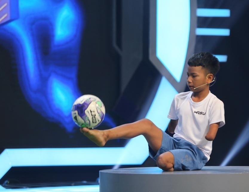 Trấn Thành ngưỡng mộ cậu bé không tay, chỉ có 1 chân mê bóng đá