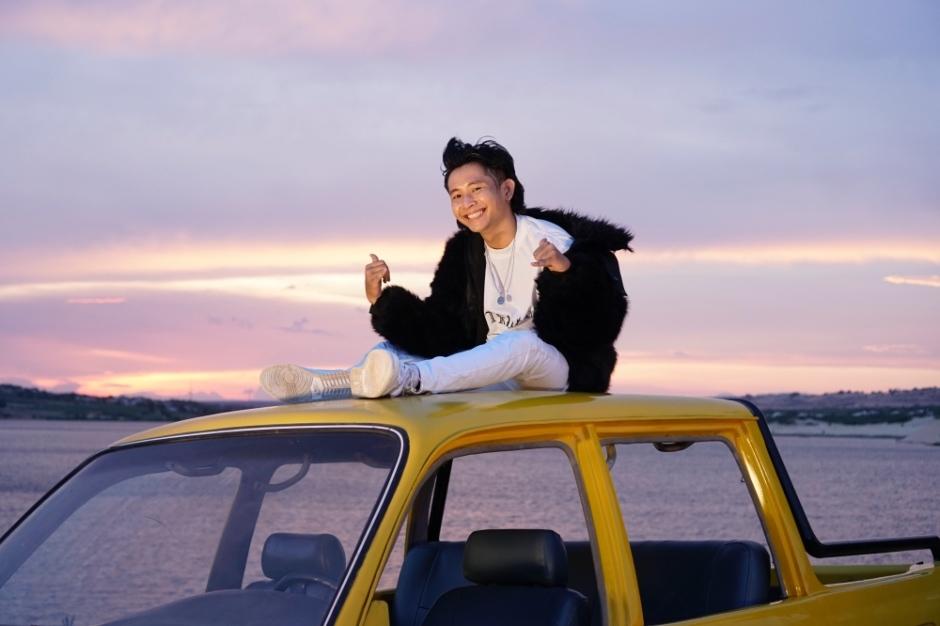 Ricky Star sáng tạo và mơ mộng trong MV Xa thành phố