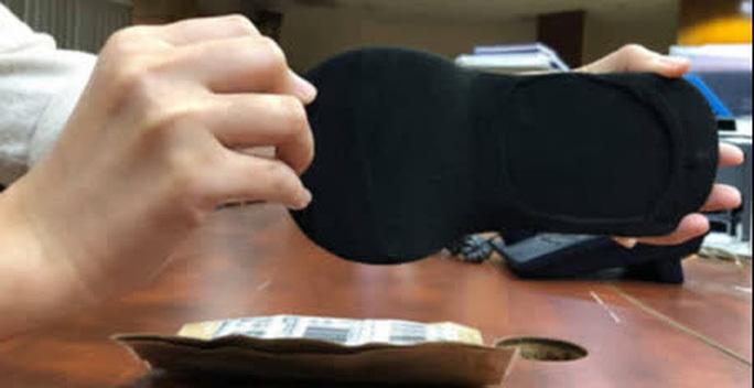 Đặt mua giày online, khách tá hỏa vì nhận được đôi vớ