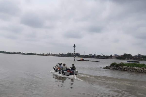 """Cảnh sát Nam Định nổ súng bắt """"cát tặc"""" trên sông Ninh Cơ"""