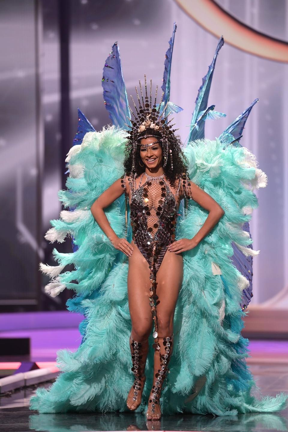 Trang phục dân tộc của Khánh Vân gây ấn tượng ở Miss Universe 2020