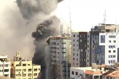 Israel đánh sập tháp đặt văn phòng nhiều cơ quan báo chí ở Gaza