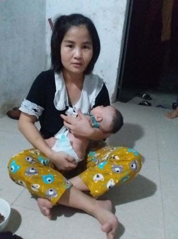 Bị chồng bỏ rơi, vợ trẻ ôm con sơ sinh dị tật xin giúp đỡ
