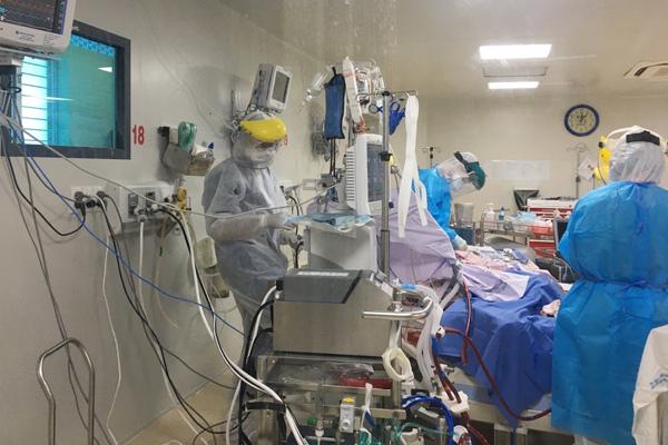 Một bệnh nhân Covid-19 nguy kịch được chuyển lên TP.HCM
