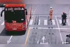 Trung uý CSGT đứng nghiêm chào đoàn xe chở thầy thuốc chi viện Bắc Giang từ Quảng Ninh