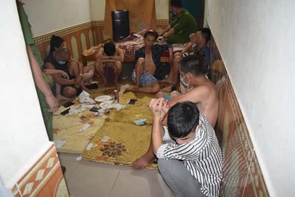 Bắt quả tang 12 nam nữ ở Quảng Trị đang bay lắc trong nhà nghỉ